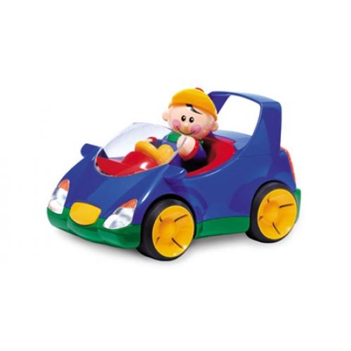 Tolo Toys Автомобиль с фигуркойАвтомобиль с фигуркойЭлектронная машинка.   В набор входит фигурка мальчика из коллекции «Первые Друзья».  Нажми на сигнал автомобиля и услышишь гудок, смотри, как светятся фары.   Нажми на голову мальчика и машинка отправится в путь!  Тормозные фары загораются, когда машина останавливается.   Может ездить с выключенным мотором.<br>