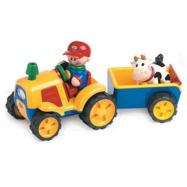 Tolo Toys Трактор с прицепомТрактор с прицепомИгровой набор Трактор с прицепом из серии Первые друзья состоит из мощного трактора с вместительным прицепом, фигурок тракториста и коровы. Модели переназначены для самых маленьких карапузов.  Характеристики набора: игрушки имеют гладкую поверхность, отсутствуют острые края и углы, что делают модели безопасными для детей и не дадут им случайно пораниться в процессе игры все части тела фигурки поворачиваются, издавая забавные щелчки и треск если нажать на голову водителя, поедет вперед, а сам водитель станет пищать при каждом нажатии при активации специальной кнопки на руле ярко загорается передняя фара, звучит звук работающего мотора при остановке машины загораются стоп-сигналы прицеп, легко отсоединяющийся от трактора, имеет открывающую заднюю дверку всеми персонажами можно играть по отдельности у коровки с треском вертится голова переключатель включение/выключение  Игрушки Tolo отличаются высоким качеством изготовления и повышенной прочностью.<br>