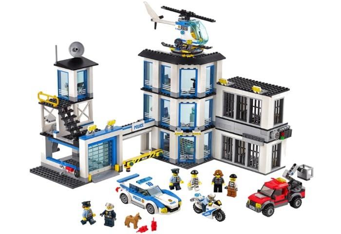 Конструктор Lego Полицейский участокПолицейский участокLego Конструктор Полицейский участок представляет собой комплекс зданий, в которых есть всё необходимое для работы защитников правопорядка. Условно всю конструкцию можно разделить на три части.  Слева располагается главный вход, оборудованный жёлтым шлагбаумом с сигнальными огнями. За ним виден внутренний двор, на территории которого могут быть припаркованы полицейские транспортные средства, такие как патрульная машина и мотоцикл. Также их можно оставлять в гараже с прозрачными поднимающимися воротами. Это очень удобно, так как у гаража есть функция быстрого выкатывания автомобиля и держатели, на которых закреплен инвентарь, помогающий полицейским во время погони за преступниками. Чтобы въезд в участок находился под постоянным контролем, над гаражом поставлена дозорная вышка. Снаружи она окружена панорамными окнами, а внутри предусмотрено рабочее место для дежурного полицейского.  Центральное трёхэтажное здание имеет угловатую форму. Над входом установлены яркие прожекторы, обеспечивающие безопасность в тёмное время суток. Пройдя через стеклянную дверь, можно очутиться внутри и рассмотреть интерьер. На первом этаже  устроен пункт досмотра посетителей, оборудованный компьютером и столешницей. Второй и третий этажи занимают идентичные рабочие кабинеты с открывающимися дверями, компьютерами и удобными креслами. В одном из кабинетов поставлен кулер для воды, а в другом – кофеварка.  Особого внимания заслуживает крыша здания. На ней открыта площадка для полицейского вертолёта, которым часто пользуются для патрулирования городских улиц.  Справа выстроен тюремный блок. Он состоит из двух просторных секций, расположенных друг над другом. Кроме прочных решёток и замков в каждой камере есть кровать и унитаз. В основании верхней камеры заложен механизм разрушения. Если преступник, желающий освободить своего напарника, установит взрывчатку рядом с вентиляционной системой, а затем взорвёт её, то вылетит поршень, удерживающий