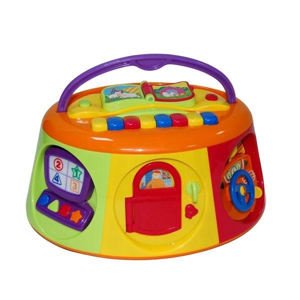 Игровой центр Kiddieland Игрушка Активный короб с книжкойИгрушка Активный короб с книжкойРазвивающий центр Активный короб с книжкой - это многофункциональная, удобная качественно сделанная, яркая и интересная игрушка.  Семь различных граней короба позволят малышу познакомиться с телефоном, телевизором, компьютером, выучить главные фигуры и цвета, услышать голоса животных, сыграть на пианино и полистать красочную книжку под веселую музыку и сверкающие огоньки. С удобной ручкой-переноской для игры дома и на улице.  Особенности: книжка с пластмассовыми перелистывающимися страничками с изображением различных животных, которые издают звуки (знакомит ребенка с окружающим миром, перелистывание страниц развивает координацию рук) мини-компьютер с кнопочками-фигурами и светящимся экраном с изображением цифр (малыш узнает, как пользоваться примитивным компьютерным устройством и обучается счету, также развивается мелкая моторика рук) руль для маленьких водителей со звуком включенного мотора телефон с настоящим звонком и гудком телевизор с двумя цветными кнопками и светящимся экраном (знакомит малыша с бытовой техникой и механизмами, с которыми ему придется сталкиваться в жизни, это поможет адаптации ребенка в обществе) входная дверь с приятным звуком дверного звонка, домик с животными, издающими разные звуки Для работы Активного короба нужны 4 батарейки АА Развивает воображение, музыкальный слух и моторику рук.<br>