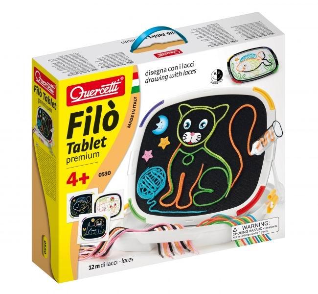 Quercetti Доска для рисования с шнурками Фило с кейсомДоска для рисования с шнурками Фило с кейсомС Доской для рисования Фило создавать картины цветными шнурками легко и весело, затем их легко удалить в один миг, так что можно сразу начать с нуля.   Просто загрузите ручку шнурком и начинайте рисовать; нет необходимости бояться сделать ошибки. На самом деле шнурок, который можно выбрать из 2х размеров, остается прикрепленной к поверхности доски не крепко и вы можете тут же исправиться, чтобы легко изобразить свой любимый предмет!   Доска имеет две поверхности для рисования шнурками: белая-полупрозрачная поможет скопировать одну из прилагающийся картинок, а на черной ваша работа будет смотреться более ярко и выделяться.  Вы можете скопировать 12 примеров-картинок с включенных схем или изобрести сами столько, сколько позволит ваше воображение.   В набор включены дополнительные аксессуары, такие как глаза, звезды, Луна и прочее, что позволит вам внести последний штрих в вашу картину и сделать ее еще более красивой.  Это игра, которая имеет высокую образовательную ценность, которая развивается художественные навыки, координацию движений и призывает детей творчески мыслить.  В наборе:  1 специальная двухсторонняя доска  12 шнурков диаметром 2 мм 12 шнурков диаметром 4 мм 2 ручки для шнурков 12 схем-картин 14 дополнительных фигурок 1 кейс для хранения и переноски<br>