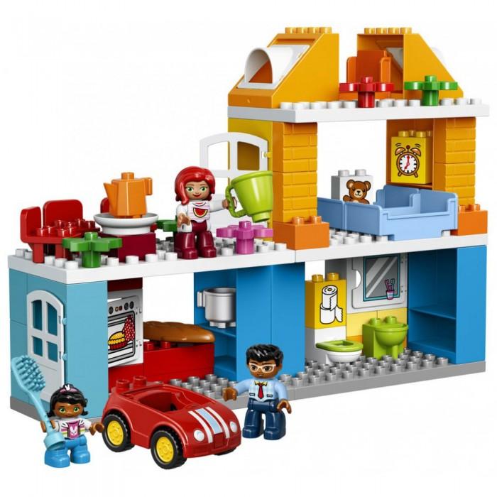 Конструктор Lego Duplo Семейный домDuplo Семейный домLego Duplo Семейный дом принесёт множество удовольствий малышу. Маленькие исследователи будут в восторге от этого набора. Интересные и хорошо выполненные рисунки вдохновят ребёнка на фантазии и новые игровые приключения. Кирпичики  Дупло предназначены для маленьких рук, чтоб обеспечить безопасную игру. Это развивает мышление и мелкую моторику. В набор входят три фигурки людей: мама папа и ребёнок; дом, который состоит из трёх этажей.   В нем есть несколько комнат: кухня с шарнирной печью, ванная комната с туалетом и раковиной, складное зеркало шкаф, спальня с кроватью, детская с открывающимся окном на крышу и терраса на крыше с обеденной зоной. Также дом оборудован полками и открывающимися дверьми. В комплект также входит автомобиль. Есть более мелкие детали, такие как, зеркальце, туалетная бумага, будильник, плюшевый мишка. Аксессуары включают в себя кастрюлю, тарелки, кувшин, чашки, цветы.<br>