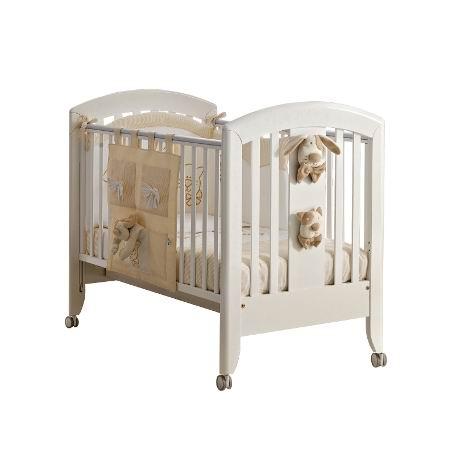 Детская кроватка Pali Cici &amp; CocoCici &amp; CocoДетская кроватка Pali Cici & Coco  с лёгкостью станет украшением любого интерьера, обеспечит ребёнку здоровый и крепкий сон и станет незаменимым помощником в ежедневном уходе за младенцем. Самое главное свойство детской кроватки - безопасность.   Материал кроватки - выдержанный бук, твердый и прочный, он не рассыхается и не отсыревает. Краски и лак, которыми покрыта кроватка, нетоксичны и не создают вредных испарений. Силиконовые накладки на бортиках помогут решить проблему прорезывания зубов: в это время малышу нужно все время что-нибудь грызть, и первыми под удар попадут бортики кроватки. Мягкие силиконовые накладки помогут защитить от травм нежные детские десны, а бортики кроватки от погрызов. Cici Coco: красиво и удобно.  Особенности: предназначена для детей от 0 до 5-ти лет декорирована плюшевыми игрушками соответствует самым жестким европейским стандартам имеет высокие безопасные спинки и боковины oстрые углы oтсутствуют cиликоновые накладки на бортики ортопедическая сетка-подматрасник спинки и боковинки - реечные выдвижной ящик для белья рейки подматрасника обеспечивают надежное крепление матраса легко двигающиеся колеса с тормозами<br>