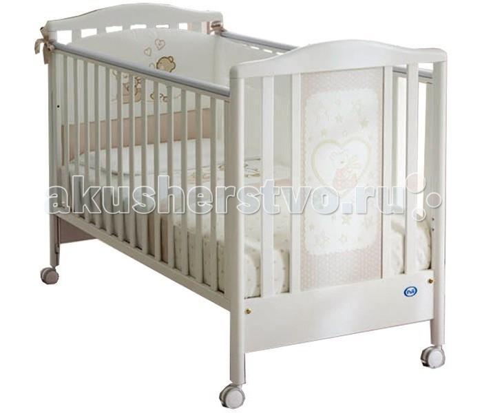 Детская кроватка Pali BelleBelleДетская кроватка Pali Bella украшенная красивой аппликацией с приятной на ощупь текстурной поверхностью, будет радовать Вас и малыша. Кроватка порадует родителей своей практичностью. Красота отделки, внесёт уют в стиль детской комнаты. Предназначена для детей от 0 до 5 лет. Когда ребенок подрастёт, одну из боковин можно снять, и кроватка превращается в диванчик.  Особенности: предназначена для детей от 0 до 5-ти лет соответствует самым жестким европейским стандартам имеет высокие безопасные спинки и боковины oстрые углы oтсутствуют передняя боковина опускается для легкого доступа к малышу cиликоновые накладки на бортики когда ребенок подрастёт, одну из боковин можно снять, и кроватка превращается в диванчик подматрасник в виде ортопедической сетки из неокрашенного бука, регулируемый в двух положениях по высоте верхний уровень - на расстоянии 48 см. от поднятой боковины, нижний - 64 см 4 колеса, с резиновыми накладками, не царапающим напольное покрытие, два – оборудованы блокирующим тормозом выдвижной ящик для белья или спальных принадлежностей красивая аппликация с приятными на ощупь мишками  В комплекте: матрас Pali Evolution подушка комплет постельного белья 3 предмета - борт (на половину кровати), одеяло-покрывало, наволочка<br>