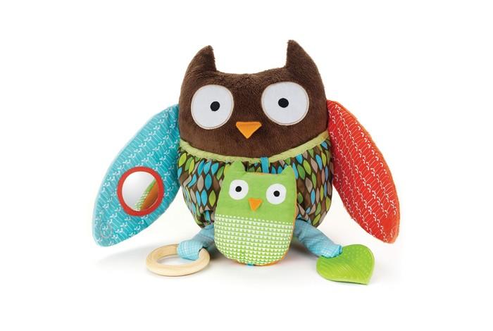 Развивающая игрушка Skip-Hop СоваСоваРазвивающая игрушка Skip-Hop Сова поднимет ребенку настроение, в случае если он чем-то расстроен, то займет его на некоторое время, позволив маме немного отдохнуть.   Особенности: размер: 17,5 х 10 х 20 см негромкая погремушка с пищалкой два съемных прорезывателя: деревянный и пластиковый безопасное зеркальце развивает моторику, учит узнавать различные звуки и текстуры комплектация: совушка и маленький совенок.<br>