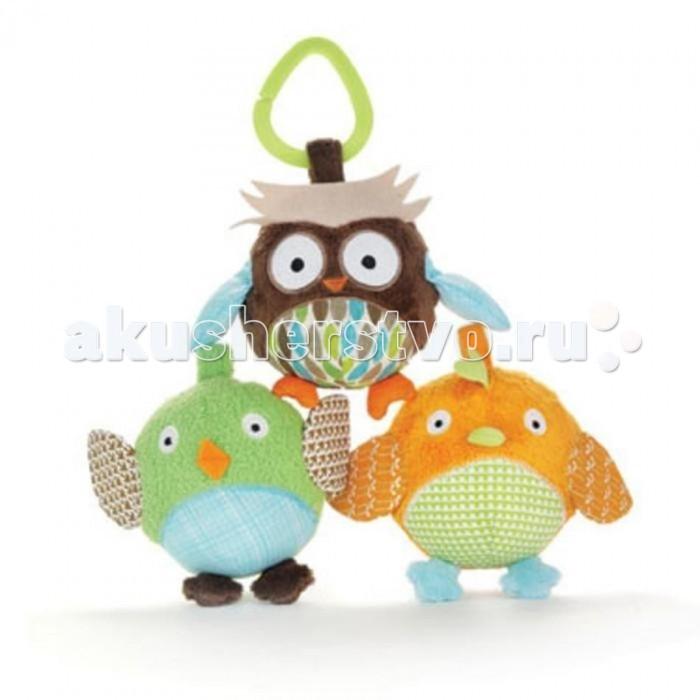 Подвесная игрушка Skip-Hop набор Трио пташекнабор Трио пташекПодвесная игрушка Skip-Hop набор Трио пташек поднимет ребенку настроение, в случае если он чем-то расстроен, то займет его на некоторое время, позволив маме немного отдохнуть.  Особенности: размер: 9 х 9 х 9 см возраст с 0 мес включает набор из 3х игрушек и 3х колец размер, удобный для маленьких ручек развивает моторику, учит узнавать различные звуки и текстуры.<br>