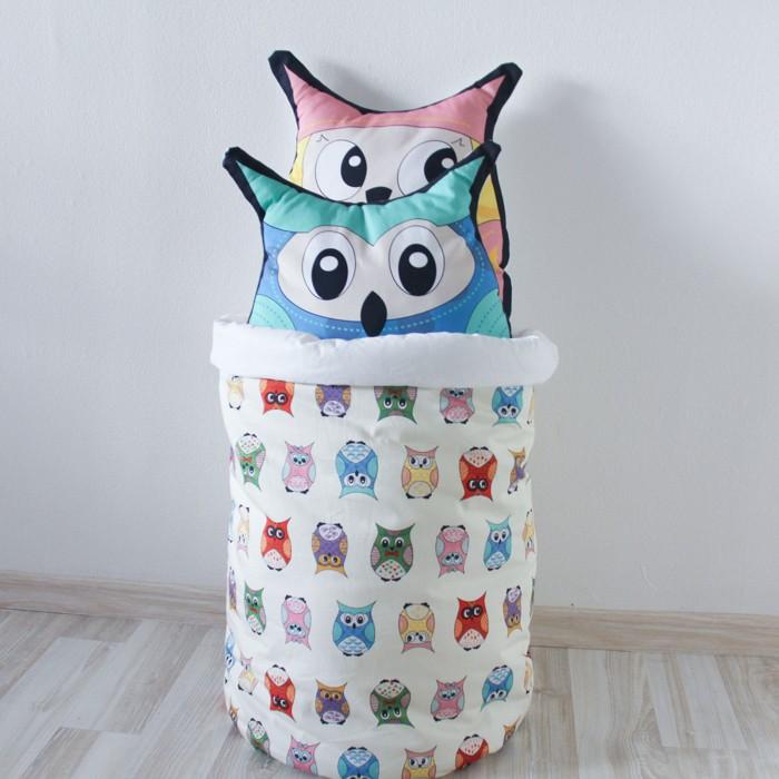 VamVigvam Тканевая корзина Funky OwlТканевая корзина Funky OwlVamVigvam Тканевая корзина Funky Owl изготовлена из безопасных для детей материалов - ткань 100% хлопок.  Корзина очень вместительная. В ней можно хранить не только игрушки, но и одежду или материалы для творчества.  При создании этой корзины мы учитывали, что пользоваться ей будут в основном дети, поэтому она абсолютно мягкая, и не имеет никаких твёрдых деталей и острых углов. К тому же корзина очень лёгкая.  Диаметр 35 см Высота 50 см  Можно стирать в стиральной машине при 30-40 градусов.<br>