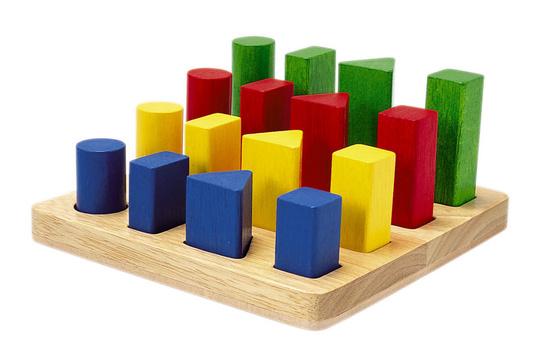 Деревянная игрушка Plan Toys Геометрический сортерГеометрический сортерСортировки Plan Toys направлены на развитие мелкой моторики и координации движений.   Они знакомят ребенка с различными формами и цветами и развивают воображение.   Все игрушки выполнены из каучукового дерева с использованием нетоксичных красок и специально изготавливаются с закругленными краями, чтобы избежать вероятности травмирования.<br>