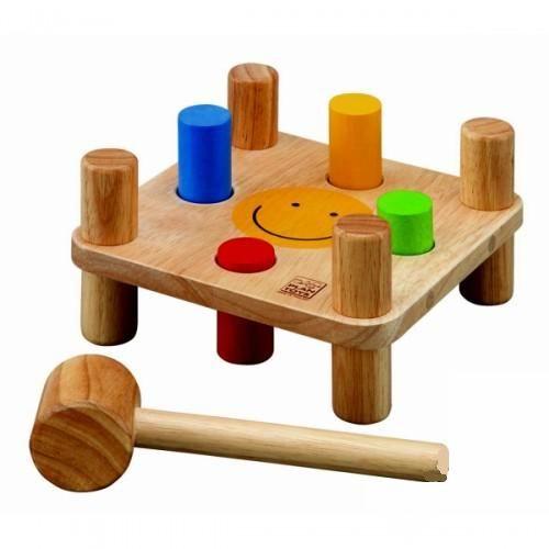 Деревянная игрушка Plan Toys ЗабивалкаЗабивалкаДеревянная забивалка Plan Toys тренирует мелкую моторику и развивает координацию движений ребенка, учит эмоциональной разрядке, способствует запоминанию цветов и развитию мышления ребенка.  Суть игры – ребенок, стуча молотком по «гвоздям», забивает их в деревянный столик. При этом «гвозди», исчезая на одной стороне стола, появляются на другой, и игра может продолжаться. Родители могут включить в это увлекательное занятие и образовательный эффект – например, попросить малыша вбить в столик «гвоздь» определенного цвета.  Все игрушки выполнены из каучукового дерева с использованием нетоксичных красок и специально изготавливаются с закругленными краями, чтобы избежать вероятности травмирования.  Размеры игрушки: 17 х 17 х 9 см. Размеры молоточка: 16 х 4 х 4 см.<br>