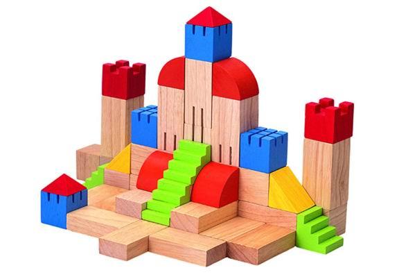 Деревянная игрушка Plan Toys конструктор Блокиконструктор БлокиДеревянный конструктор Блоки от Plan Toys - отличный строительный материал для маленьких строителей и будущих архитекторов.  С помощью элементов конструктора можно построить сказочный замок или целую крепость. Набор способствует творческому развитию ребенка, тренирует концентрацию внимания и мелкую моторику пальчиков малыша. В процессе игры конструктор помогает детям выучить названия цветов и геометрических форм и научиться распознавать эти цвета и формы вне игровых ситуаций.  Все игрушки Plan Toys выполнены из каучукового дерева с использованием нетоксичных красок и специально изготавливаются с закругленными краями, чтобы избежать вероятности травмирования.  В набор входит: 46 деталей 11 разных форм (18 цветных деталей, 28 неокрашенных деталей).  Размер деталей: 3,5 см Рекомендовано для детей от 3 лет<br>