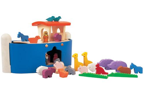 Деревянная игрушка Plan Toys Ноев ковчегНоев ковчегЭта игрушка знакомит ребенка с одним из библейских сюжетов, согласно которому Ной должен был построить большой ковчег, чтобы собрать по одной паре всех видов животных и птиц.   В данном наборе 12 пар животных, фигурка Ноя и кораблик.   Крыша ковчега легко снимется, что поставить или достать фигурки.   Все игрушки выполнены из каучукового дерева с использованием нетоксичных красок и специально изготавливаются с закругленными краями, чтобы избежать вероятности травмирования.<br>