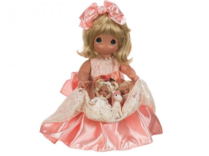 Precious Кукла с любимцами 40 смКукла с любимцами 40 смКоллекционная кукла Precious Moments с питомцами одета в длинное светло-розовое платье, украшенное кружевами.  На ногах куколки - белые туфли. Одежда куклы съемная. У девочки светлые волосы и большие зеленые глаза. На руках куколка держит три игрушки.   Особенности:  Кукла изготавливается из качественного, безопасного материала и имеет пять базовых точек артикуляции.   Кукла имеет свой неповторимый образ и характер.   Волосы прошитые, из качественного синтетического волокна или крученых ниток, в зависимости от образа. Рост куклы 40 см.<br>
