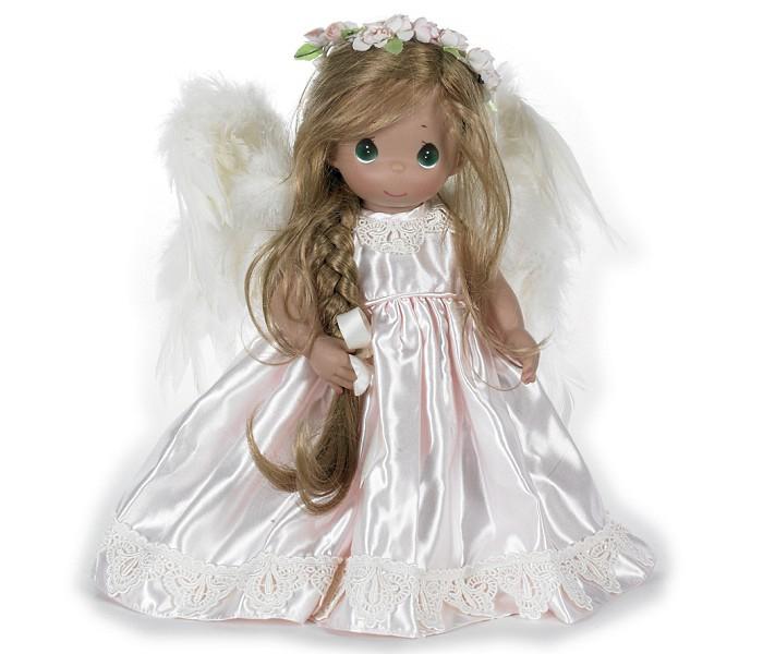 Precious Кукла Ангел-хранитель 40 смКукла Ангел-хранитель 40 смКоллекционная кукла Precious Moments Ангел-хранитель одета в великолепное светло-розовое атласное платье. Светлые волосы куклы заплетены в косу и украшены атласным бантом. За плечами куклы - перьевые крылья, а прическу украшает венок из роз. У куклы милое личико с большими зелеными глазами.    Особенности:  Вся одежда съемная.   Кукла изготавливается из качественного, безопасного материала и имеет пять базовых точек артикуляции.   Кукла имеет свой неповторимый образ и характер.   Волосы прошитые, из качественного синтетического волокна или крученых ниток, в зависимости от образа. Рост куклы 40 см.<br>