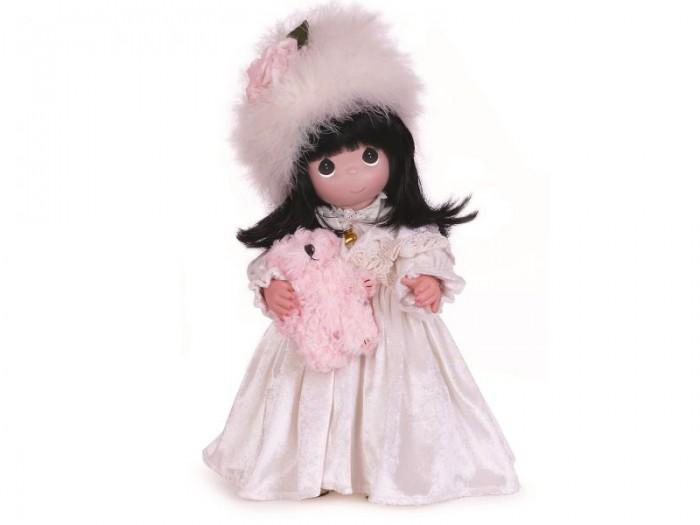 Precious Кукла с мишкой 40 смКукла с мишкой 40 смКоллекционная кукла Precious Moments с мишкой имеет темные волосы, одета в бархатистое платье светло-желтого цвета, декорированное кружевами и золотистой пряжкой. На голове - большая шапка из перьев с текстильным цветком. У куклы милое личико с большими карими глазами.   В комплекте с куклой идет ее игрушка - светло-розовый мишка.   Особенности:  Вся одежда съемная.   Кукла изготавливается из качественного, безопасного материала и имеет пять базовых точек артикуляции.   Кукла имеет свой неповторимый образ и характер.   Волосы прошитые, из качественного синтетического волокна или крученых ниток, в зависимости от образа. Рост куклы 40 см.<br>
