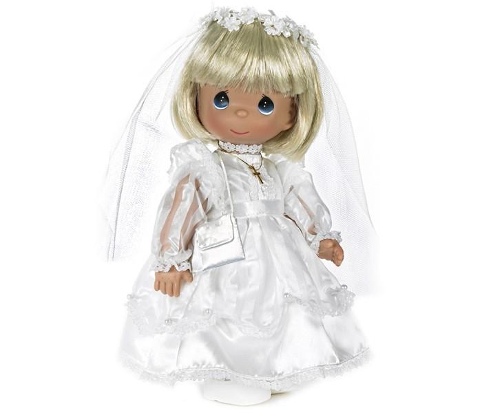Precious Кукла Невеста блондинка 30 смКукла Невеста блондинка 30 смКукла Precious Moments Невеста со светлыми волосами одета в длинное белоснежное платье, на ногах у нее туфельки. Дополнением к образу служит фата и крестик на шее. У куколки большие синие глаза и румяные щечки.    Особенности:  Вся одежда съемная.   Кукла изготавливается из качественного, безопасного материала и имеет пять базовых точек артикуляции.   Кукла имеет свой неповторимый образ и характер.   Волосы прошитые, из качественного синтетического волокна или крученых ниток, в зависимости от образа. Рост куклы 30 см.<br>