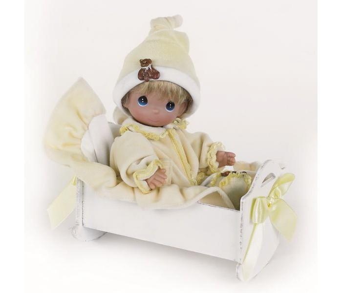 Precious Кукла Рок-бай младенцев мальчик 21 смКукла Рок-бай младенцев мальчик 21 смКукла Precious Moments Рок-бай младенцев одета в желто-белый костюмчик, дополненный декоративными элементами в виде мишек. На голове - колпак. У мальчика светлые волосы и большие зеленые глаза.   Также к кукле прилагаются кроватка и покрывало.   Особенности:  Вся одежда съемная.   Кукла изготавливается из качественного, безопасного материала и имеет пять базовых точек артикуляции.   Кукла имеет свой неповторимый образ и характер.   Волосы прошитые, из качественного синтетического волокна или крученых ниток, в зависимости от образа. Рост куклы 21 см.<br>
