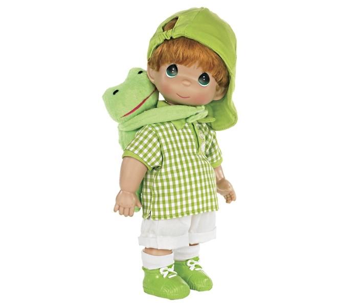 Precious Кукла Мальчик и лягушонок Элли 30 смКукла Мальчик и лягушонок Элли 30 смКукла Precious Moments Мальчик и лягушонок Элли обязательно привлечет внимание вашей дочурки.  Кукла одета в белые штанишки и клетчатую рубашку. На голове у куклы - зеленая бейсболка, на ногах - белые носочки и зеленые ботиночки. У мальчика рыжие волосы и большие зеленые глаза. С ним в комплект входит его верный друг - лягушонок Элли.    Особенности:  Вся одежда съемная.   Кукла изготавливается из качественного, безопасного материала и имеет пять базовых точек артикуляции.   Кукла имеет свой неповторимый образ и характер.   Волосы прошитые, из качественного синтетического волокна или крученых ниток, в зависимости от образа. Рост куклы 30 см.<br>