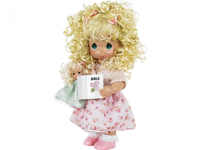 Precious Кукла Научи меня 30 смКукла Научи меня 30 смКоллекционная кукла Precious Moments Поцелуй бабочки для тебя  очарует вас и вашу дочурку с первого взгляда!   Кукла со светлыми волосами одета в светло-розовое платье с цветочным узором и светло-розовую мягкую кофточку с блестками. Вьющиеся волосы завязаны в две косички с помощью розовых атласных бантов. У куклы милое личико с большими изумрудными глазами. В комплекте с куклой идет ее игрушка - маленькая куколка, а также игрушечная Библия.     Особенности:  Вся одежда съемная.   Кукла изготавливается из качественного, безопасного материала и имеет пять базовых точек артикуляции.   Кукла имеет свой неповторимый образ и характер.   Волосы прошитые, из качественного синтетического волокна или крученых ниток, в зависимости от образа. Рост куклы 30 см.<br>