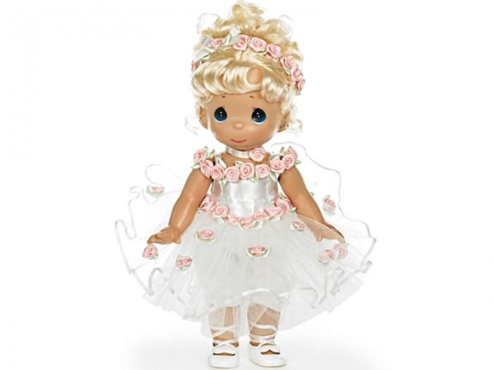 Precious Кукла Танец в сердце блондинка 30 смКукла Танец в сердце блондинка 30 смКоллекционная кукла Precious Moments Танец в сердце очарует вас и вашу дочурку с первого взгляда!   Кукла одета в очаровательное белое платье, украшенное розовыми розочками. У куклы шикарные светлые волосы, которые забраны вверх. На милом личике большие синие глаза.    Особенности:  Вся одежда съемная.   Кукла изготавливается из качественного, безопасного материала и имеет пять базовых точек артикуляции.   Кукла имеет свой неповторимый образ и характер.   Волосы прошитые, из качественного синтетического волокна или крученых ниток, в зависимости от образа. Рост куклы 30 см.<br>
