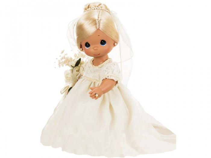 Precious Кукла Зачарованные сны. Невеста блондинка 30 смКукла Зачарованные сны. Невеста блондинка 30 смКоллекционная кукла Precious Moments Зачарованные сны. Невеста блондинка очарует вас и вашу дочурку с первого взгляда!   Кукла станет отличным подарком для любой девочки на день рождения или другой праздник. Кукла одета в ослепительное белое платье невесты, на ногах - белые ботиночки. В руке у куклы букет цветов. У невесты светлые волосы, которые забраны вверх и украшены фатой. Дополнением к образу куколки служат серьги и колечко. На милом личике большие синие глаза. Одежда куклы съемная.    Особенности:  Вся одежда съемная.   Кукла изготавливается из качественного, безопасного материала и имеет пять базовых точек артикуляции.   Кукла имеет свой неповторимый образ и характер.   Волосы прошитые, из качественного синтетического волокна или крученых ниток, в зависимости от образа. Рост куклы 30 см.<br>