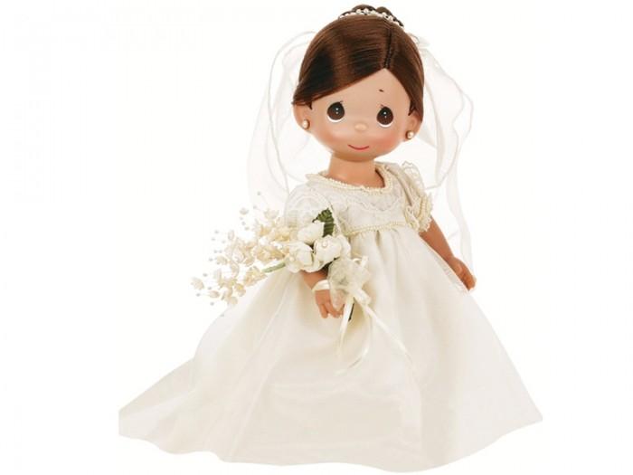Precious Кукла Зачарованные сны. Невеста брюнетка 30 смКукла Зачарованные сны. Невеста брюнетка 30 смКоллекционная кукла Precious Moments Зачарованные сны. Невеста брюнетка очарует вас и вашу дочурку с первого взгляда!   Кукла станет любимой игрушкой вашей малышки. Кукла одета в шикарное белое платье невесты, на ногах - ботиночки. В руке у куклы букет цветов. У куклы шикарные темные волосы, которые забраны вверх и украшены фатой. Дополнением к образу куколки служат серьги и колечко. На милом личике большие карие глаза.    Особенности:  Вся одежда съемная.   Кукла изготавливается из качественного, безопасного материала и имеет пять базовых точек артикуляции.   Кукла имеет свой неповторимый образ и характер.   Волосы прошитые, из качественного синтетического волокна или крученых ниток, в зависимости от образа. Рост куклы 30 см.<br>