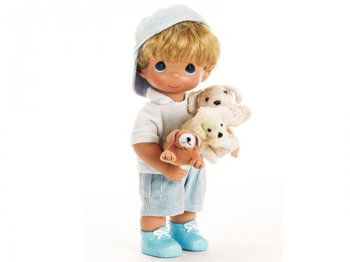Precious Кукла Мальчик и щенки 30 смКукла Мальчик и щенки 30 смКоллекционная кукла Precious Moments Мальчик и щенки очарует вас и вашу дочурку с первого взгляда!   Кукла одета в голубые штаны и белую футболку, на ногах - синие ботинки. На голове куклы - голубая бейсболка. В руках малыш держит трех щенков.   Особенности:  Вся одежда съемная.   Кукла изготавливается из качественного, безопасного материала и имеет пять базовых точек артикуляции.   Кукла имеет свой неповторимый образ и характер.   Волосы прошитые, из качественного синтетического волокна или крученых ниток, в зависимости от образа. Рост куклы 30 см.<br>