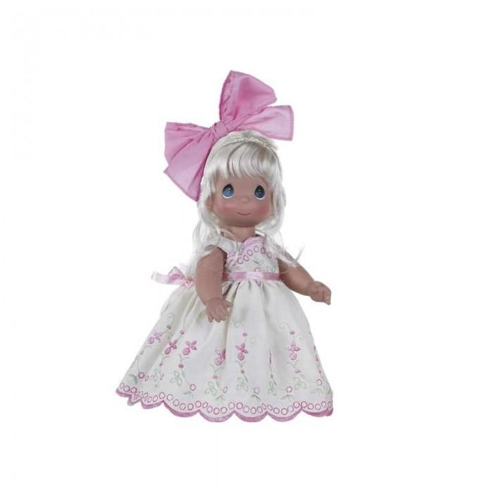 Precious Кукла Завтрашний день блондинка 30 смКукла Завтрашний день блондинка 30 смКоллекционная кукла Precious Moments Завтрашний день очарует вас и вашу дочурку с первого взгляда!   Кукла одета в платье молочного цвета, украшенное вышивкой и большим бантом. Под платьем у куклы - белые панталоны, на ногах - туфли в цвет платья. Вся одежда у куклы съемная. Волосы куколки светлые, заплетены в косу и украшены розовым бантиком. У девочки большие глаза синего цвета.   Особенности:  Вся одежда съемная.   Кукла изготавливается из качественного, безопасного материала и имеет пять базовых точек артикуляции.   Кукла имеет свой неповторимый образ и характер.   Волосы прошитые, из качественного синтетического волокна или крученых ниток, в зависимости от образа. Рост куклы 30 см.<br>