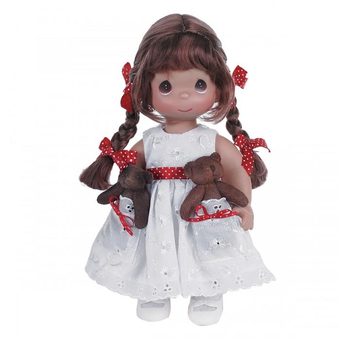Precious Кукла Друзья в кармашке брюнетка 30 смКукла Друзья в кармашке брюнетка 30 смКоллекционная кукла Precious Moments Друзья в кармашке очарует вас и вашу дочурку с первого взгляда!   Кукла одета в белое платье, украшенное красным поясом в горох. На платье имеются два кармана, в которых уютно разместились две мягкие игрушки - друзья куколки. Темные волосы заплетены в две косички. На милом личике большие карие глаза.   Особенности:  Вся одежда съемная.   Кукла изготавливается из качественного, безопасного материала и имеет пять базовых точек артикуляции.   Кукла имеет свой неповторимый образ и характер.   Волосы прошитые, из качественного синтетического волокна или крученых ниток, в зависимости от образа. Рост куклы 30 см.<br>