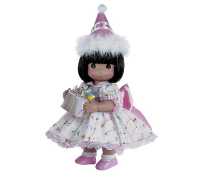 Precious Кукла С Днем Рождения брюнетка 30 смКукла С Днем Рождения брюнетка 30 смКоллекционная кукла Precious Moments С Днем Рождения очарует вас и вашу дочурку с первого взгляда!   Кукла одета в бело-розовое платье, оформленное кружевами, на ногах - белые носочки и розовые ботиночки. У девочки темные волосы и большие карие глаза. В руках она держит коробку с подарком, а на голове у куклы праздничный колпак с надписью Happy Birthday.   Особенности:  Вся одежда съемная.   Кукла изготавливается из качественного, безопасного материала и имеет пять базовых точек артикуляции.   Кукла имеет свой неповторимый образ и характер.   Волосы прошитые, из качественного синтетического волокна или крученых ниток, в зависимости от образа. Рост куклы 30 см.<br>