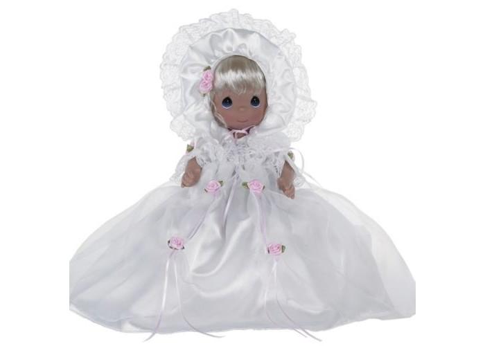 Precious Кукла Крестины 30 смКукла Крестины 30 смКоллекционная кукла Precious Moments Крестины очарует вас и вашу дочурку с первого взгляда!   Кукла со светлыми волосами одета в длинное белоснежное крестильное платье, декорированное розочками и кружевом. На голове - белый атласный чепчик. У куклы милое личико с большими голубыми глазами. В комплекте с куклой идет атласная подушка с кружевами.    Особенности:  Вся одежда съемная.   Кукла изготавливается из качественного, безопасного материала и имеет пять базовых точек артикуляции.   Кукла имеет свой неповторимый образ и характер.   Волосы прошитые, из качественного синтетического волокна или крученых ниток, в зависимости от образа. Рост куклы 30 см.<br>