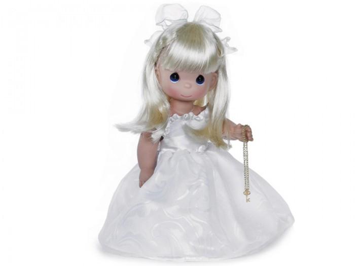 Precious Кукла Ключ к моему сердцу блондинка 30 смКукла Ключ к моему сердцу блондинка 30 смКоллекционная кукла Precious Moments Ключ к моему сердцу очарует вас и вашу дочурку с первого взгляда!   Кукла Ключ к моему сердцу одета в белое платье и белые туфли. Ее длинные светлые волосы украшены атласным бантом. В руке девочка держит цепочку с ключиком.    Особенности:  Вся одежда съемная.   Кукла изготавливается из качественного, безопасного материала и имеет пять базовых точек артикуляции.   Кукла имеет свой неповторимый образ и характер.   Волосы прошитые, из качественного синтетического волокна или крученых ниток, в зависимости от образа. Рост куклы 30 см.<br>