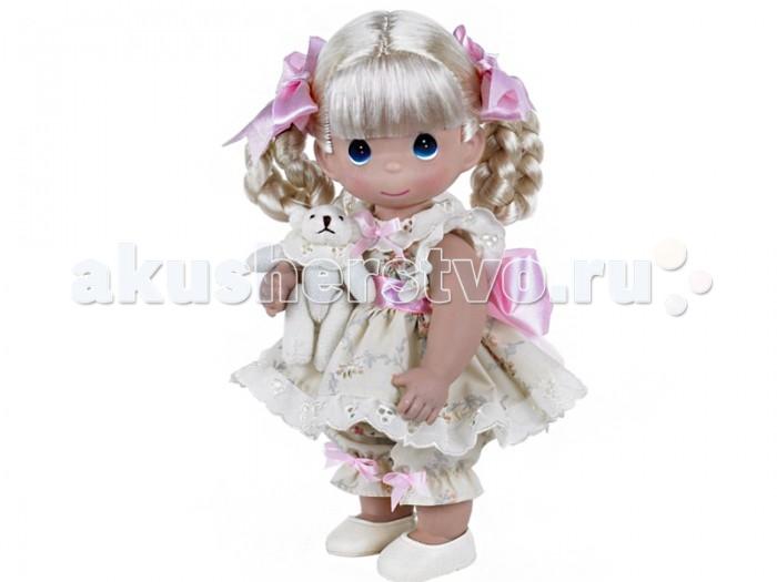 Precious Кукла Всегда на моей стороне 30 смКукла Всегда на моей стороне 30 смКоллекционная кукла Precious Moments Всегда на моей стороне очарует вас и вашу дочурку с первого взгляда!   Кукла одета в костюм бежевого цвета, украшенный розовыми бантиками. На ногах у куклы бежевые туфли. Светлые волосы девочки заплетены в косички и оформлены атласными ленточками. У куклы большие глаза синего цвета. В руках она держит плюшевого медвежонка.    Особенности:  Вся одежда съемная.   Кукла изготавливается из качественного, безопасного материала и имеет пять базовых точек артикуляции.   Кукла имеет свой неповторимый образ и характер.   Волосы прошитые, из качественного синтетического волокна или крученых ниток, в зависимости от образа. Рост куклы 30 см.<br>