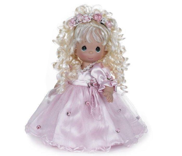 Precious Кукла Красотка блондинка 30 смКукла Красотка блондинка 30 смКоллекционная кукла Precious Moments Красотка очарует вас и вашу дочурку с первого взгляда!   Кукла привлечет внимание не только ребенка, но и взрослого. Кукла со светлыми волосами одета в очаровательное платье розового цвета, украшенное атласным бантом на спине. На ногах - туфельки в тон платья, а прическу украшает венок из цветов.    Особенности:  Вся одежда съемная.   Кукла изготавливается из качественного, безопасного материала и имеет пять базовых точек артикуляции.   Кукла имеет свой неповторимый образ и характер.   Волосы прошитые, из качественного синтетического волокна или крученых ниток, в зависимости от образа. Рост куклы 30 см.<br>