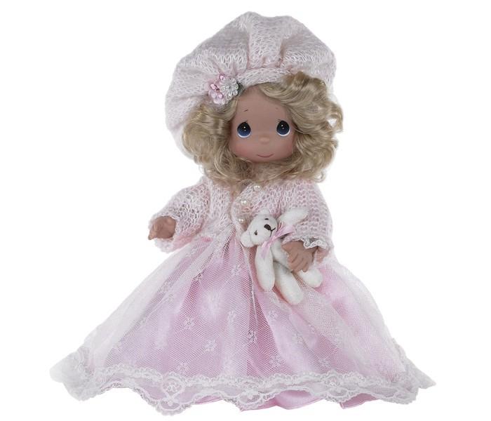 Precious Кукла Драгоценное сердце 30смКукла Драгоценное сердце 30смКоллекционная кукла Precious Moments Драгоценное сердце очарует вас и вашу дочурку с первого взгляда!   Кукла со светлыми волосами одета в светло-розовое атласное платье с кружевной верхней юбкой, светло-розовую мягкую кофточку с блестками. На голове - берет такого же цвета, декорированный цветами. У куклы милое личико с большими голубыми глазами. В комплекте с куклой идет ее игрушка - маленький плюшевый мишка.   Особенности:  Вся одежда съемная.   Кукла изготавливается из качественного, безопасного материала и имеет пять базовых точек артикуляции.   Кукла имеет свой неповторимый образ и характер.   Волосы прошитые, из качественного синтетического волокна или крученых ниток, в зависимости от образа. Рост куклы 30 см.<br>