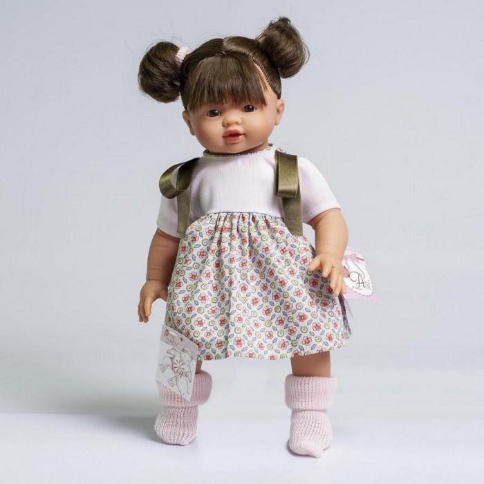 ASI Кукла Эмма 36 см 433780Кукла Эмма 36 см 433780ASI Кукла Эмма 36 см 433780 с симпатичным личиком и очаровательным нарядом!  Голова, руки и ноги у этой куклы выполнены из винила, а тело из ткани с наполнителем. У Эммы пухленькие пальчики на руках и ногах, маленькие выразительные черты лица, живые глазки и розовые губки, приоткрытые в улыбке, придают ей особое очарование!   У куколки Эммы очаровательные густые волосики собранные в два озорных милых хвостика. Одета куколка в нарядное платьице с атласными ленточками. Так и хочется взять скорее куколку Эмму с собой на прогулку!  Все куклы ASI создаются с использованием ручного труда. В каждую куколку мастер вкладывает свою душу! Ваш ребенок сразу почувствует тепло и доброту, которая исходит из этой маленькой игрушки.  Особенности:  Куклы ASI сделаны очень качественно Без запаха   Используется безопасный твердый винил Видна прорисовка мельчайших подробностей тела, рук и ног<br>