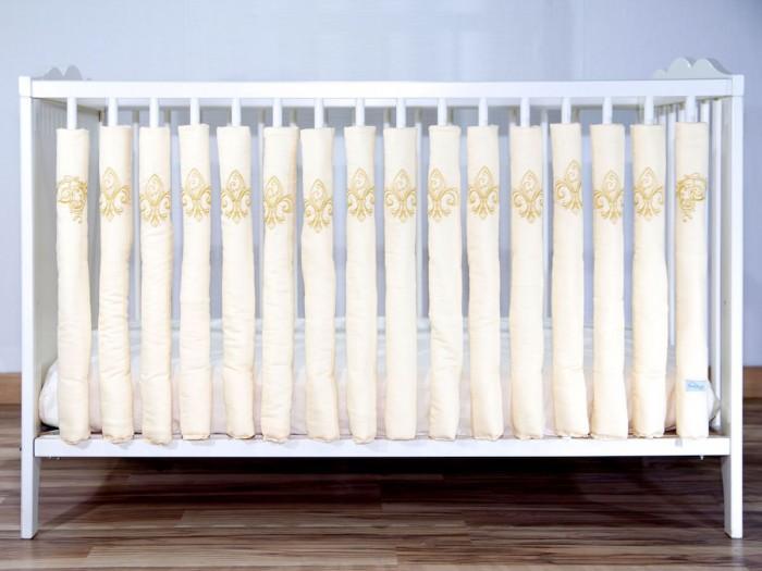 Бортик в кроватку Cloud Factory 12 фенс-бамперов Royal Baby12 фенс-бамперов Royal BabyБортик для кроватки Cloud Factory 12 фенс-бамперов Royal Baby - роскошный комплект с вышитыми вензелями! Подойдет для принца или принцессы! Современное решение оформления бортиков кроватки. Идеально подойдет для передней стенки.    Преимущества фенс-бамперов: защищают голову и тело малыша по всему периметру кроватки, не задерживают воздух естественная вентиляция ребенок не может выпасть из кровати, использовав борт как ступеньку нет опасных завязок, в которых можно запутаться нет риска удушения малыш может наблюдать за происходящим в комнате постоянный визуальный контроль за ребенком модификация поверхности — бамперы легко объединить между собой.<br>