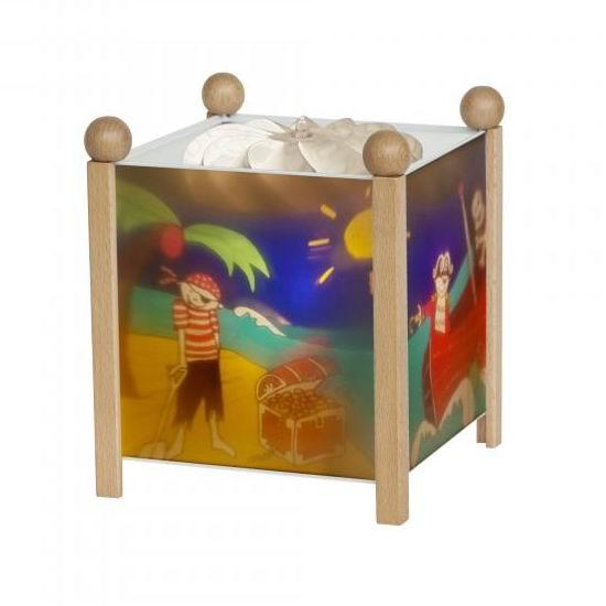 Trousselier Светильник-ночник в форме куба ПиратыСветильник-ночник в форме куба ПиратыВолшебный ночник Trousselier в форме куба Rainbow Fish с забавными обитателями подводного мира помогает малышам заснуть.  Мягко вращающаяся сцена успокаивающие воздействует на малыша, обеспечивая комфортное засыпание и спокойный сон.  Ночники Trousselier - идеальный аксессуар для детской комнаты. Нежный свет и красочные картинки создадут атмосферу уюта, успокоят и убаюкают кроху.  Характеристики: Классический ночник с вращающейся картинкой Цилиндр ночника вращается благодаря системе нагрева от лампочки 12 V 20 W, розетка E 14.C Размер: 17 см x 19 см  Материал: металлический корпус, деревянные ножки и углы, пластиковый, жароустойчивый цилиндр Поставляется в подарочной упаковке Соответствует нормам безопасности: CE EN 60598-2-10  Французский бренд Trousselier вот уже более 40 лет создает уникальные коллекции детских игрушек, товаров для дома и интерьера. Вся продукция изготовлена из натуральных материалов с соблюдением высоких европейских стандартов качества.<br>