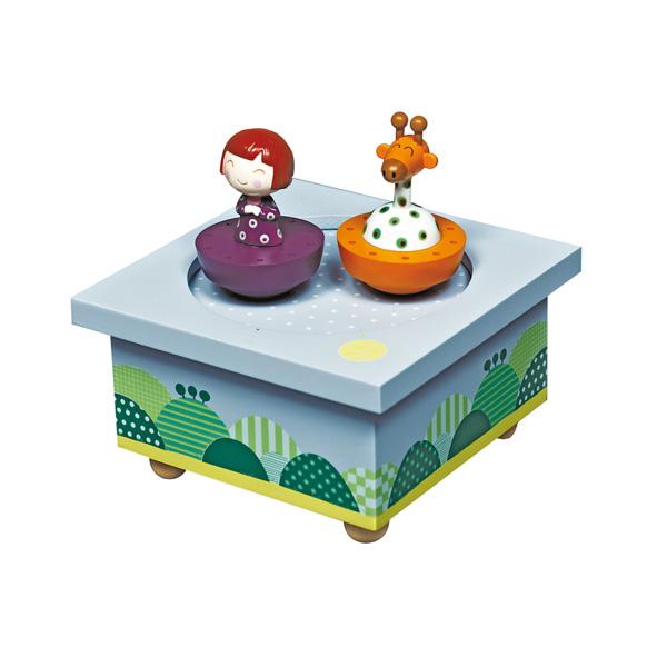 Trousselier Музыкальная шкатулка Wooden Box Ninon &amp; GiraffeМузыкальная шкатулка Wooden Box Ninon &amp; GiraffeСтильная и изящная музыкальная шкатулка Wooden Box Ninon & Giraffe с механическим заводом для хранения игрушечных украшений и прочих мелочей.  При заводе шкатулки, девочка Нина и жирафик танцуют под музыку (ROMANCE DE LAMOUR - L.V. BEETHOVEN)!    Малыш будет в восхищении. Не забываемый подарок на день рождения!  Музыкальный механизм заводится с помощью маленького ключика.  Размер: 11,5 х 11,5 х 7 см  Поставляется в подарочной коробке Trousselier.   Французский бренд Trousselier вот уже более 40 лет создает уникальные коллекции детских игрушек, товаров для дома и интерьера. Вся продукция изготовлена из натуральных материалов с соблюдением высоких европейских стандартов качества.<br>