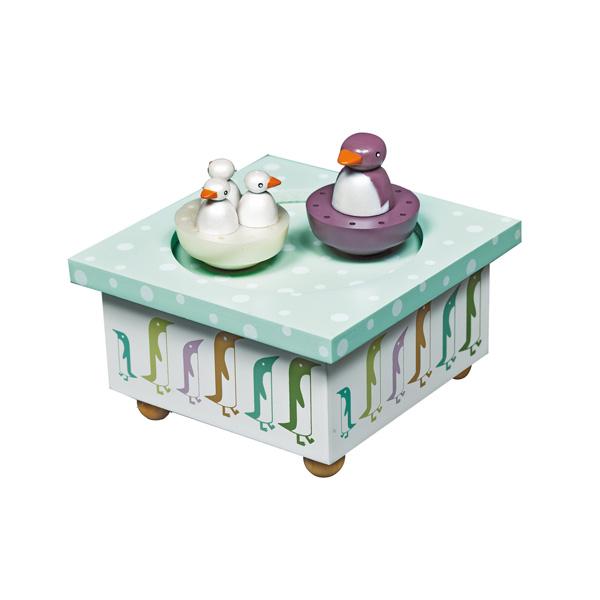 Trousselier Музыкальная шкатулка Wooden Box ПингвинМузыкальная шкатулка Wooden Box ПингвинСтильная и изящная музыкальная шкатулка Wooden Box Пингвин с механическим заводом для хранения игрушечных украшений и прочих мелочей.  При заводе шкатулки, пингвинята и их мама-пингвиниха танцуют под музыку (LA VIE EN ROSE - LOUIGUY / E. PIAF)!    Малыш будет в восхищении. Не забываемый подарок на день рождения!  Музыкальный механизм заводится с помощью маленького ключика.  Размер: 11,5 х 11,5 х 7 см  Поставляется в подарочной коробке Trousselier.   Французский бренд Trousselier вот уже более 40 лет создает уникальные коллекции детских игрушек, товаров для дома и интерьера. Вся продукция изготовлена из натуральных материалов с соблюдением высоких европейских стандартов качества.<br>