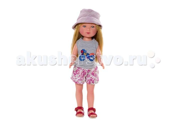 Vestida de Azul Карлотта блондинка с челкой Лето Морской стильКарлотта блондинка с челкой Лето Морской стильVestida de Azul Карлотта блондинка с челкой Лето Морской стиль в стильном наряде: майка с оригинальным принтом, цветные шорты, кепка и красные босоножки. Модный образ куклы в морском стиле поможет сформировать вкус ребенка с самых ранних лет.  Особенности: Милое личико куколки никого не оставит равнодушным: пухлые щечки с румянцем, вздернутый носик и выразительные глазки с длинными ресницами, наклеенными вручную, которые выглядят как настоящие Длинные волосы куклы густо прошиты и напоминают натуральные Челка прошита отдельно, а значит всегда будет красиво уложенной   Девочка сможет создать самые восхитительные и оригинальные прически и укладки, что к тому же развивает креативность и фантазию Кукла изготовлена из плотного гипоаллергенного винила высокого качества, и умеет стоять без поддержи Подвижные руки, ноги и голова для незабываемой реалистичной игры Рост куклы - 28 см. В наборе: кукла Карлотта комплект одежды<br>