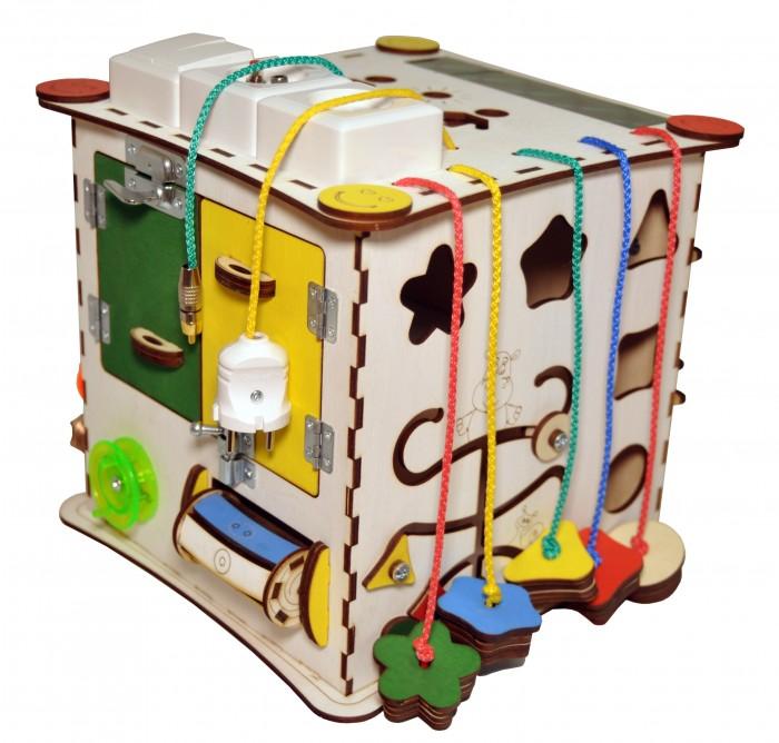Деревянная игрушка Iwoodplay Куб развивающий с электрикой (блоком светоиндикации)Куб развивающий с электрикой (блоком светоиндикации)Деревянная игрушка Iwoodplay Куб развивающий с электрикой (блоком светоиндикации) igk-02-01 помогает малышам развить мелкую моторику,координацию движения, внимание, усидчивость, творческое и логическое мышление, помощь в освоении бытовой деятельности, что способствует развитию малыша.  Цветовое исполнение возможно в различных вариантах. Бизиборд выполнен из качественных и безопасных для детей материалов. Не требует много места, а по наполнению не уступает большим бизибордам!!!  Все игрушки производятся ТОЛЬКО из экологически чистых материалов, фурнитура тщательно подбирается на предмет возможного отсоединения мелких деталей, все краски и пропитки ТОЛЬКО вододисперсные. Игрушки абсолютно гипоалергенны и бесопасны для Вашего ребенка.  Бизиборд включает в себя следующие поля:  Набор дверей с замочками (3 шт);  Блок Электрики 5 позиций: двойной выключатель, кнопка, штекер, вилка сетевая. Каждая точка включает свой светодиод, сетевая вилка включает свет внутри куба. Питание от двух батареек АА Набор шестерен;  Кроссовки со шнуровкой и липучками; Катушка для лески с трещоткой;  Зиппер;  Вращающийся валик;  Лабиринт из 5 фигур;  Размер куба: 25х25х25 см Рекомендации по уходу: Протирка влажной тряпкой<br>