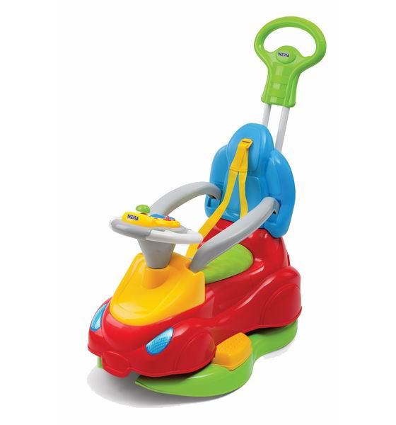 Каталка Weina 5 в 1 Roadster Deluxe5 в 1 Roadster DeluxeМашинка-каталка для детей от 9 месяцев. Ваш малыш получит большое удовольствие от игры, нажимая на различные кнопки. Это будет сопровождаться забавными звуками.  Игрушка имеет съемную электронную панель, которую можно использовать просто для игры на полу. Машинка оснащена специальным ограждением и подставкой для ног для удобства юного водителя.  Когда ребенок подрастет и начнет делать первые шаги, он будет сам толкать машинку сзади. На прогулке взрослые могут покатать ребенка, для этой цели есть удобная выдвижная ручка.  Также на машинку ребенок может сесть сверху и ехать, отталкиваясь ногами. Под сиденьем предусмотрено отделение для игрушек. Машинка-каталка поможет развить ребенку координацию движений и подарит много положительных эмоций.  Особенности: 4 в 1: ходунки, каталка, прогулочная машинка-коляска, съёмная игровая панель для игры на полу Багажник для игрушек под сиденьем Выдвижная ручка для родителей Съёмные ремни безопасности Передние поворотные колёса придают машинке маневренность Задние колёса с тормозными фиксаторами Можно кататься как дома, так и на улице Изделие выполнено из высококачественного ударопрочного пластика Батарейки: 2 шт. типа АА (не входят в комплект)<br>