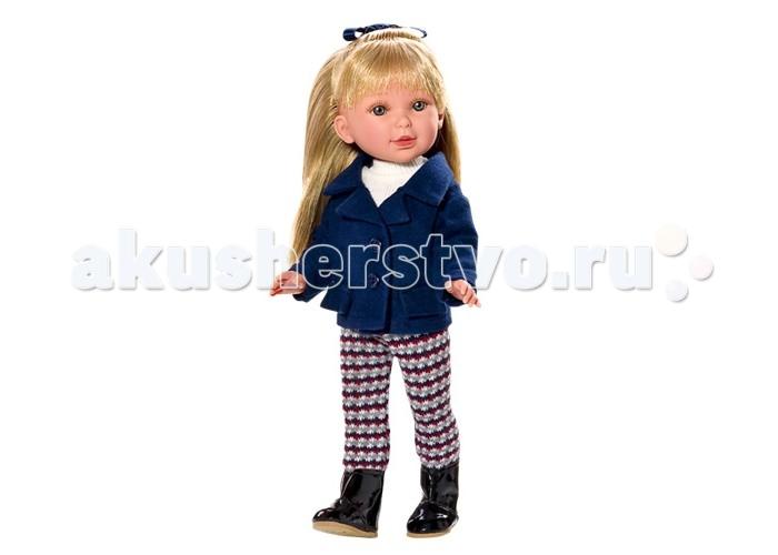 Vestida de Azul Паулина блондинка с челкой НаездницаПаулина блондинка с челкой НаездницаVestida de Azul Паулина блондинка с челкой Наездница в модном наряде: белый свитер, строгий жакет темно-синего цвета, леггинсы с узорами и стильные лаковые сапожки. Классический образ в жокейском стиле поможет сформировать вкус ребенка с самых ранних лет.  У куклы очень приятное и милое личико: щечки с легким румянцем, слегка вздернутый носик, пухлые губки и выразительные глаза с длинными ресницами, наклеенными вручную, которые выглядят как настоящие. Длинные волосы куклы густо прошиты и напоминают натуральные. Челка прошита отдельно, а значит всегда будет красиво уложенной.  Девочка сможет попробовать себя в роли парикмахера и создавать разнообразные прически, развивая креативность.  Кукла изготовлена из плотного гипоаллергенного винила высокого качества, и самостоятельно стоит. Подвижные руки, ноги и голова для незабываемой реалистичной игры. Рост куклы - 33 см.  В наборе: кукла Паулина комплект одеждыольница<br>