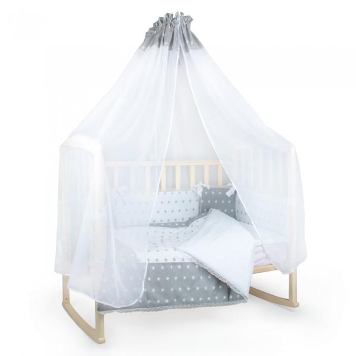 Комплект в кроватку Alis Серебро (14 предметов)Серебро (14 предметов)Комплект в кроватку Alis Серебро (14 предметов) магия серого цвета расслабит и успокоит, а спокойный рисунок поможет крохе заснуть. Данный комплект по-настоящему уникален тем, что способствует развитию зрения у малышей, поскольку выполнен в монохромной цветовой гамме, а как известно, даже новорожденный видит цвета, но не различает похожие. Именно поэтому малышу понравятся монохромные узоры, которые положительно влияют на цветоощущение и контрастную чувствительность.   Комплектация: вуалевый балдахин для дополнительной защиты от излишнего света и постороннего шума бортики умеренной высоты, необходимой, чтобы поддерживать необходимый воздухообмен и защитить ребенка от сквозняков. Чередование светлых и темных, больших и маленьких деталей позволит родителям обустроить ложе кроватки наилучшим образом. Каждый бортик окружен кружевом с трех сторон, благодаря чему создается красивый эффект невесомости и легкости наволочка подушечка пододеяльник с эффектом окошка - идеальный вариант для выписки одеяло комфортного и практичного размера, гарантирует долгое использование по мере роста ребенка  простыня.<br>