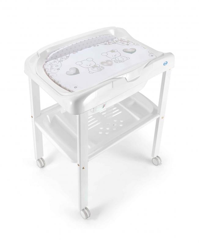 Пеленальный столик Pali PrestigePrestigeПеленальный столик Pali Prestige  Комфортный пеленальный стол Prestige на колесиках. Имеет удобную накладку для пеленания. Под ним удобная ванночка для малыша и одна полка для мелочей.   Материал: дерево (основа)/пластик (ванночка, полка) Размер в разложенном виде (шхгхв): 79 х 53 х 101 см<br>