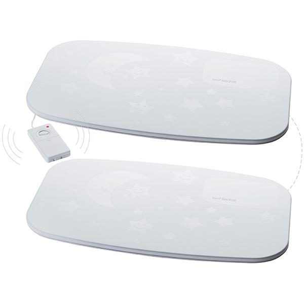 Ramili Монитор дыхания Комплект SP200100Монитор дыхания Комплект SP200100В комплект включены два монитора дыхания (SP200 и SP100), которые при необходимости могут быть отключены друг от друга. Монитор дыхания Ramili SP200 оснащен блоком управления, с помощью которого можно настроить чувствительность сенсоров.   Модель Ramili SP100 является дополнительным блоком, который вдвое увеличивает площадь покрытия датчиков системы. Оба блока работают от батареек, которые помещаются в блок управления, а продолжительность непрерывной работы от трех батареек составляет приблизительно 7 дней и зависит от используемых элементов питания.  Монитор дыхания Ramili® Movement Sensor Pad представляет из себя коврик, который располагается под матрасиком в детской кроватке. Коврик оснащен высокочувствительными сенсорами, которые контролируют движение, вызываемое дыханием ребенка во время сна.   Если причин для тревоги нет (естественный ритм дыхания), то на мониторе радионяни Ramili отображается соответствующая анимация. Если обнаружен необычный ритм дыхания или его отсутствие, то радионяня подает родителям визуальный и звуковой сигнал тревоги.  Монитор дыхания Ramili Movement Sensor Pad не предназначен для автономной работы, а является дополнительной опцией для радионяни Ramili Baby, поддерживающей подключение монитора дыхания из серии SP. Работает по беспроводной технологии передачи данных. Не требует подключения к электрической сети. Полная безопасность для малыша. Улавливает даже малейшие движения, вызываемые дыханием ребенка. Оснащен блоком управления для настройки чувствительности. Монитор дыхания абсолютно безопасен для ребенка, поскольку не требует подключения к розетке, а к детскому блоку радионяни Ramili монитор дыхания подключает с помощью беспроводного соединения. Продолжительность непрерывной работы монитора дыхания от обычных батареек составляет около семи дней (зависит от используемых элементов питания).  Эта модель оснащена блоком управления, с помощью которого родители могу