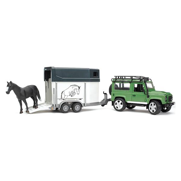 Bruder Внедорожник Land Rover Defender с прицепом-коневозкой и лошадьюВнедорожник Land Rover Defender с прицепом-коневозкой и лошадьюМодель внедорожника Land Rover Defender с прицепом-коневозкой выполнена с высокой детализацией.  С левой стороны проходит выхлопная труба.  Двери водителя, пассажира и задняя двери открываются и снимаются.  На крыше автомобиля прикреплён багажник.  Задние сиденья снимаются и внедорожник превращается в удобный автомобиль для перевозки грузов. Капот поднимается и крюком фиксируется в верхнем положении.  Передние колеса поворачиваются рулем. Кроме этого, в наборе - дополнительный руль (расположен на днище автомобиля), которым через крышу можно управлять колесами внедорожника.  Передняя и задняя оси оснащены амортизаторами.  Фаркоп.  Прицеп-коневозка оснащена небольшими окнами и тягово-сцепным устройством.  Задний борт коневозки откидывается и превращается в настил.  Колеса обеих игрушек прорезинены.  В наборе внедорожник, прицеп-коневозка, лошадь (бывает трех расцветок). Размер упаковки: 67x18x22,5<br>