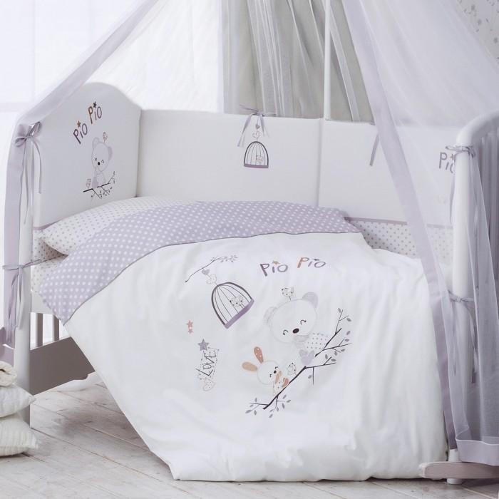 Комплект в кроватку Perina Pio Pio (7 предметов)Pio Pio (7 предметов)Perina Комплект в кроватку Pio Pio 7 предметов  Элитный высококачественный сатин из египетского хлопка с эффектом шелка. Отличие этого вида хлопка - в длинных и тонких волокнах. Блестящая, мягкая ткань, дарящая особенное удовольствие от каждого прикосновения. Постельное белье из такой ткани обладает особой прочностью, более экологично и не садится, на нем не образуются катышки. Фактически, с годами оно будет становиться только мягче и приятнее на ощупь.  Для дополнительного удобства бампер сделан из отдельных частей со съемным чехлом. Теперь вы легко можете стирать только внешнюю часть бампера, не затрагивая наполнитель.  Наполнитель бампера - экологически чистый, гипоаллергенный и легкий материал Hollcon. Этот материал прекрасно сохраняет форму. Вместо традиционной прорези в наших комплектах используется застежка-молния, которая аккуратно спрятана в нижней части пододеяльника. Застежка молния помогает надолго сохранить форму пододеяльника Простынь на резинке - такую простыню легко заправлять, легко снимать. Она никогда не будет съеживаться, когда ребенок ворочается во сне. Это обеспечивает малышу больший комфорт, чем при использовании обычных простыней Бампер комплекта имеет дополнительную вставку - 100% натуральные плюшевые игрушки на лентах. Игрушки станут прекрасным развлечением для малыша после пробуждения. Прочность шва позволит родителям не беспокоиться о сохранности комплекта. Балдахин из вуали полностью накрывает детскую кроватку, обеспечивая надежную защиту и создавая в спальне волшебную атмосферу уюта.  В комплект в кроватку входит: Простыня на резинке: 105 х 170 см (для кроватки 120 х 60 см) Наволочка 40 х 60 см Подушка 40 х 60 см Пододеяльник на молнии 102 х 143 см Одеяло 100 х 140 см Бампер из 4 частей с чехлом 38 х 360 см  Балдахин (вуаль) 180 х 450 см<br>