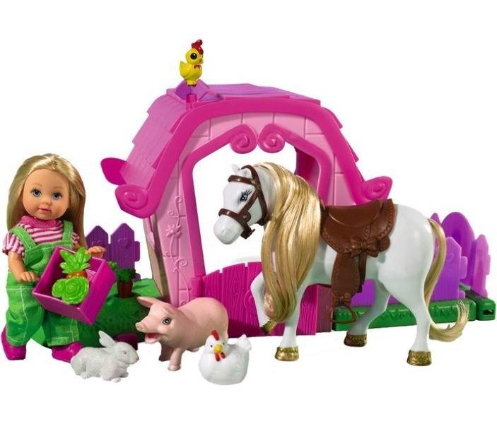Simba Кукла Еви на фермеКукла Еви на фермеТакому игровому набору будет рада каждая малышка, ведь теперь она может играть не только со своей любимой куклой, но и создать настоящую ферму.  В данный набор входит кукла Еви (12см), четыре животных, овощи и дополнительные аксессуары.  Материалом для изготовления набора служит высококачественный текстиль и пластик.<br>