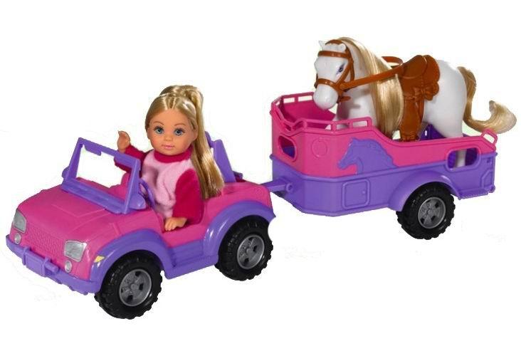 Simba Кукла Еви и трейлер с лошадкойКукла Еви и трейлер с лошадкойМаленькая куколка Еви собралась отвозить свою лошадку на ферму.   В наборе с куклой входит джип, прицеп для лошади и сама пони.   Набор изготовлен из качественных и нетоксичных материалов, которые абсолютно безопасны для детей.   Теперь ваша девочка сможет помочь своей куколке отвезти лошадку на ферму. Малышка может придумывать самые различные истории и проигрывать их, развивая фантазию.  В набор входит: кукла Еви джип с трейлером лошадка  Высота куколки Еви 12 см<br>